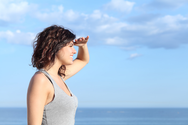 woman looking forward with the hand in forehead